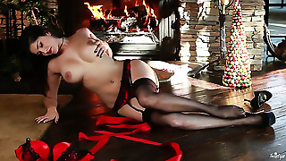 Sunny Leone With Gigantic Tits And Trimmed Beaver Has A Great Time Masturbating Her Love Box