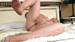 Mature Cunt Is Sexy As She Fingers Solo