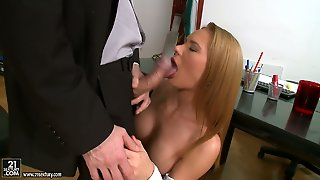 Blonde Lets Guy Stick His Meaty Meat Stick In Her Mouth