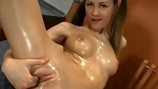Young Babe Finger Fucking In Solo