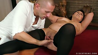 Eye-Popping Porn Diva Gets Cum Covered After Sex With Horny Guy