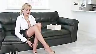 Mature Masturbatrix Lady Sonia Gets Off