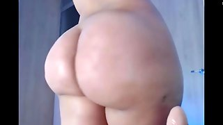 Latina Teases Big Booty On Cam