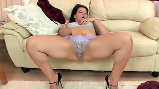 Curvy Lady In Lace Panties Plays With Her Cunt