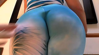 Curvy Lola Foxx Shows Off Her Huge Bubble Booty With