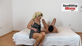 Skinny Euro Milf Nora Her First Facesitting