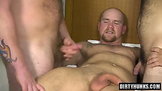 Muscle Gays Threesome And Cumshot