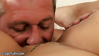Brunette Catwoman Enjoys Pussy Hole Stretching Crazy Porn Action