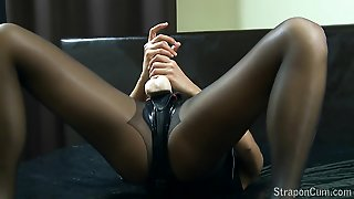 Milf In Latex Masturbating