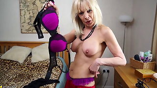 Mature Elaine Plays With Pussy