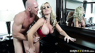 Alena Croft With Round Bottom Shows Her Dick Sucking Talents To Johnny Sins