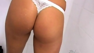 Lipstick Hottie In The Shower Toys Her Pussy