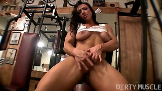 Muscle Babe Brandimae Plays With Her Pussy