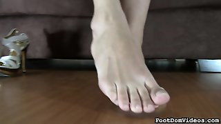 Provoking Brunette With Sexy Legs Kamilia Displays Her Footjob Talents
