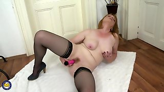 Sweet Amateur Mature Mom Feeding Her Cunt